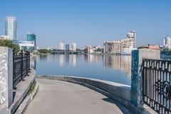 Yekaterinburg, Rússia - agosto, 04,2016: Vista da cidade de Ekaterinburg e da ponte de Makarovsky sobre o rio de Iset Imagem de Stock Royalty Free