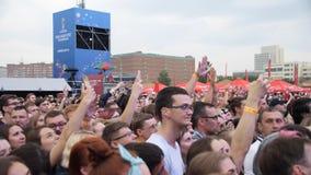 Yekaterinburg Rússia 15 de julho de 2018: Closing do campeonato do mundo na zona do fã Os povos engraçados disparam em um concert imagens de stock