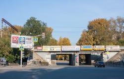 Yekaterinburg, Rússia - 24 de setembro 2016: Tráfego, anunciando Fotos de Stock