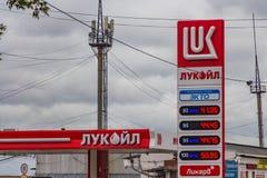 Yekaterinburg, Rússia - 08 24 2018: O placar luminoso vermelho com preços da gasolina no posto de gasolina imagem de stock