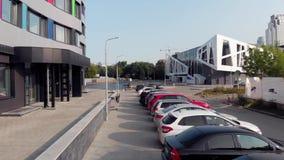 Yekaterinburg, R?ssia - em junho de 2018: Vista superior do parque de estacionamento perto do centro de neg?cios estoque Vista a? filme