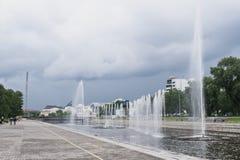 Yekaterinburg Rosja, Czerwiec, -, 21,2017: Historyczny kwadrat z fontannami w centrum miasta w chmurnym letnim dniu Zdjęcia Royalty Free