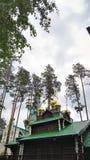 Yekaterinburg, Rosja, Czerwiec 2017 Projekt jest podróżny w Rosja Drewniany kościół w drewnach w zimie Ural Zdjęcia Royalty Free