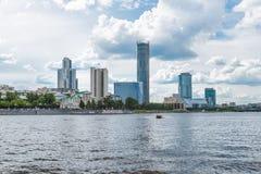 Yekaterinburg Rosja, Czerwiec, - 11, 2016: Widok quay nabrzeże obwałowywa Fotografia Stock