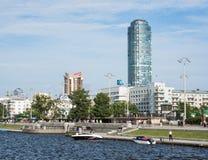 Yekaterinburg Rosja, Czerwiec, - 11, 2016: Widok quay nabrzeże obwałowywa Obraz Royalty Free