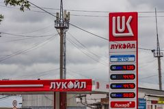 Yekaterinburg, Rosja - 08 24 2018: Czerwona świecąca tablica wyników z benzyn cenami przy benzynową stacją obraz stock