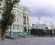 YEKATERINBURG, ROSJA - 22 LIPIEC, 2017: Quay miasta staw, Sevastyanov ` s dom Zdjęcia Royalty Free