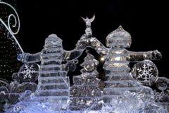Yekaterinburg Rosja, Styczeń, -, 15,2017: Ojcuje Bożenarodzeniowej i Śnieżnej dziewczyny robić lód na kwadracie 1905 Obrazy Stock