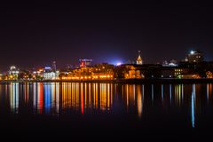 Yekaterinburg Rosja, Wrzesień, -, 26,2016: Wieczór miasta światła i ich odbicie w wodzie staw Obrazy Stock
