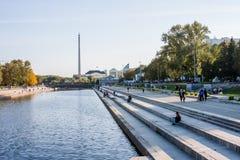 Yekaterinburg, Rusland - September 24 2016: Dijk van riv Stock Foto