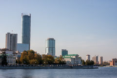 Yekaterinburg, Rusland - September 24 2016: Dijk van riv Royalty-vrije Stock Fotografie
