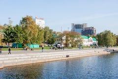 Yekaterinburg, Rusland - September 24 2016: Dijk van riv Royalty-vrije Stock Afbeeldingen