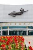 YEKATERINBURG RYSSLAND - 22 JULI 17: röda blommor för bioteaterKosmos ond i Yekaterinburg Royaltyfria Bilder