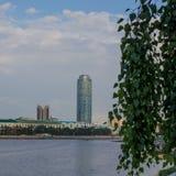 yekaterinburg Sommarstadslandskap Sikt av den Iset floden och det Vysotsky tornet arkivfoto