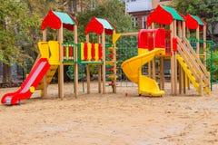Yekaterinburg, Sverdlovsk Rusland - 09 09 2018: Een kinderen` s speelplaats met gekleurde rode blauwe gele blokhuizen en dia's am stock afbeeldingen