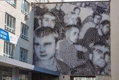 Yekaterinburg Sverdlovsk Ryssland - 09 04 2018: Partisk sikt av mannen för affischcirkuleringsrivning av Arno Coenen i Yekaterinb fotografering för bildbyråer