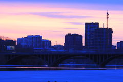 Yekaterinsburg Russland Sonnenuntergang auf dem Stadtteich lizenzfreie stockbilder
