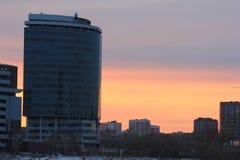 Yekaterinsburg Russland Sonnenuntergang auf dem Stadtteich Geschäftszentrum u. x22; President& x22; lizenzfreie stockfotografie
