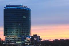 Yekaterinsburg Russland Sonnenuntergang auf dem Stadtteich Geschäftszentrum u. x22; President& x22; lizenzfreie stockfotos