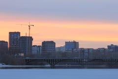 Yekaterinsburg Russland Sonnenuntergang auf dem Stadtteich Makarow-Brücke lizenzfreie stockbilder