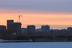 Yekaterinsburg Ryssland Solnedgång på stadsdammet Makarov bro Arkivfoton
