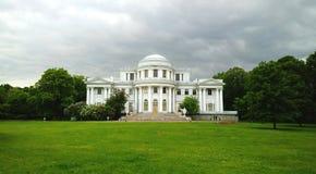 Yelagin宫殿的门面在Yelagin海岛上的在圣彼德堡 阴暗多云天 免版税库存图片