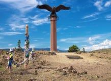 Yelantsy,贝加尔湖,俄罗斯- 2014年7月28日:老鹰纪念碑和仪式柱子 图库摄影