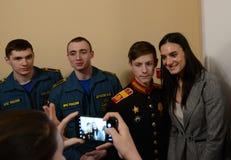 Yelena Isinbayeva - campeão olímpico duas vezes, fotografado com os estudantes na cerimônia de conceder os vencedores do hea morn Imagem de Stock Royalty Free