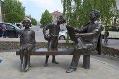 YELETS/利佩茨克州,俄罗斯- 2017年5月08日:雕刻的构成致力艺术家茹科夫尼古拉Nikolaevich 库存照片