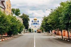 Yelets Lipetsk region, gatan som leder till uppstigningdomkyrkan - den huvudsakliga ortodoxa kyrkan av staden av Yelets Royaltyfri Foto