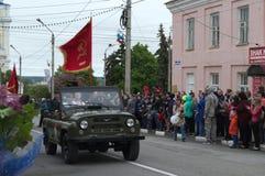 YELETS/LIPETSK ROSJA, MAJ, - 09, 2017: weterani i dzieci jadą w otwartym samochodzie pod czerwoną flaga Zdjęcia Royalty Free