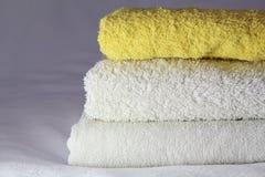yeliow y toallas blancas Foto de archivo libre de regalías
