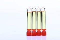 Yelllow ciecz w grupie Cztery Szklanej tubki czerwona nakrętka, Lab test zbyt Obrazy Royalty Free