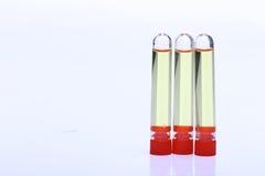 Yelllow ciecz w grupie trzy Szklanej tubki czerwona nakrętka, Lab test Obraz Royalty Free