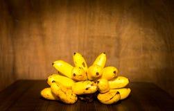Yello bananstilleben på träbakgrund Arkivbilder