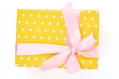 Yello punteó la caja de regalo, fondo blanco Imagenes de archivo