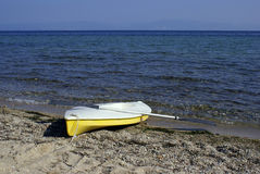 Yellow canoe on the beach Royalty Free Stock Photos