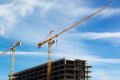 Free Yellow Cranes Build Against The Sky Royalty Free Stock Images - 101304989