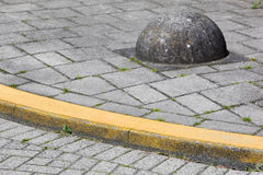 Yellow curb and obstacle Stock Photography