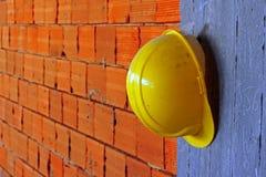 yellow för hård hatt för byggmästare Arkivbilder
