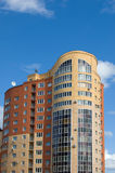 yellow för högt hus för tegelstenar flervånings- röd Royaltyfri Bild