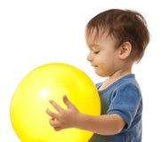 yellow för litet barn för ballongpojke gullig leka fotografering för bildbyråer