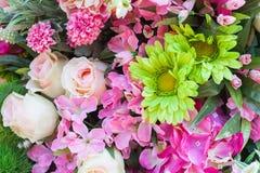 yellow för modell för hjärta för blommor för fjärilsdroppe blom- Bakgrund från olika blommor Royaltyfria Bilder