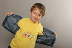yellow för pojkeskjorta t Royaltyfri Foto