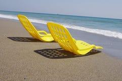 yellow för strandstol två Royaltyfri Foto