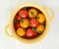 yellow för tomater för Cherryred Arkivfoto