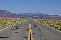 yellow för väg för asfalthuvudväglane Fotografering för Bildbyråer