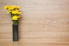 Yellow flower Chrysanthemum in vase on wood blackground Royalty Free Stock Photos