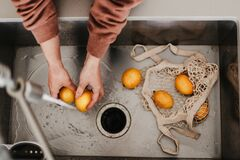 Free Yellow Lemons Are In Net Cotton Shopping Bag In Sink. Washing Fruits Before Using Them. Local Farm Produce. Fresh Seasonal Food. Stock Photos - 190471243