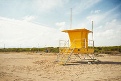 Yellow lifeguard post on an empty beach Royalty Free Stock Photos